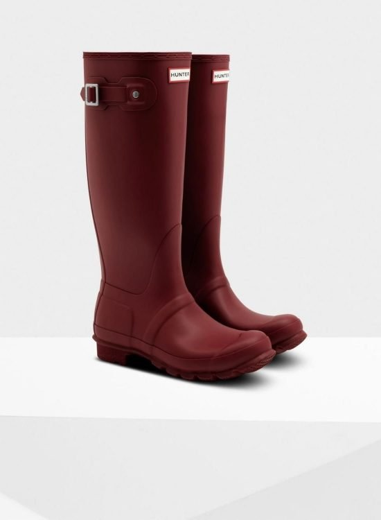 Take the stress out of getting dressed on your next rainy day with these 4 rainy day wardrobe essentials that are totally worth investing in! #tulipandsage #hunterboots #rainydaywardrobe #rainydayessentials