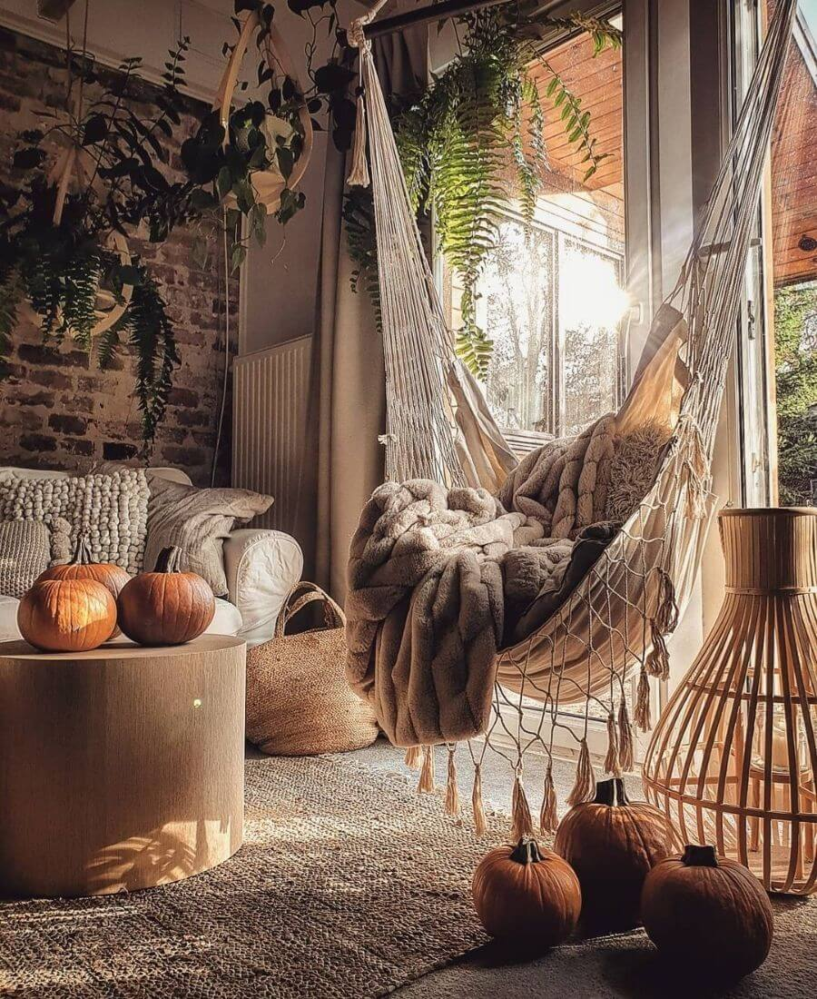 On this week's Monday Muse, find an Instagram feed that's giving us all the warm and comfy feels! #hyggeaesthetic #cozyfallaesthetic #hyggelifestyle #cozyaesthetic