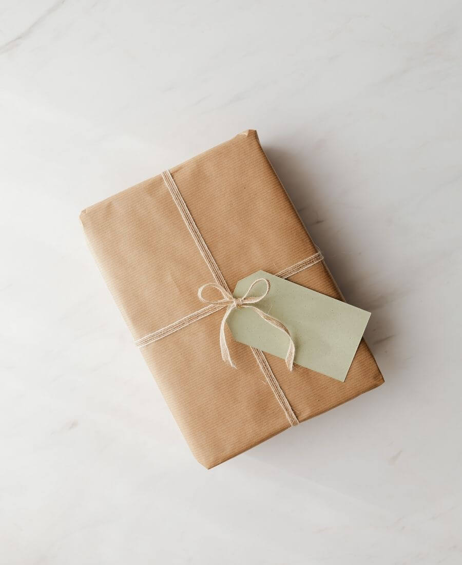 Who else loves brown paper wrapped gifts?  Looking for ways to use this paper this holiday season?  Here are our favourite brown paper gift wrap ideas! #brownpaperwrapping #brownpaperchristmaswrappingideas #diywrappingpaper #diywrappingideas