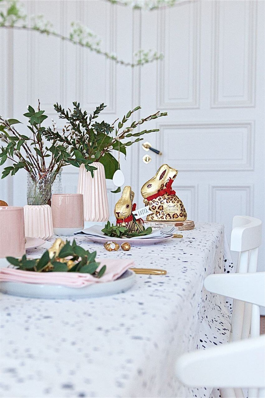 source: pink-e-pank.de/ Happy (almost) Easter!  Looking for some Easter tablescapes to inspire your table setting this year?  Here are the beautiful ones inspiring me! #eastertablescapes #eastertablescapesideas #eastertablesettings #eastertabledecor #easter #tulipandsage