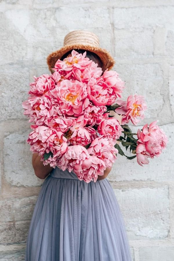 source - katie.one/ Who else is so looking forward to the summertime? Road-tripping, barbeques, patio dining - the list goes on! Browse through for some serious summer vibes! #summervibes #summeraesthetic #summer #summerinspiration #summerideas #tulipandsage