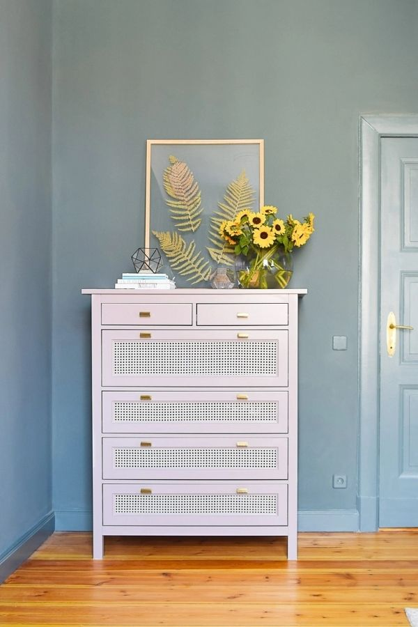 source - littlehouseonthecorner.com/ Who else is obsessed with IKEA dresser hacks?! Looking for ways to refresh your IKEA dresser or chest of drawers? Here are my absolute favourite hacks! #ikeahacks #ikeahackideas #ikeadresserhack #ikeadressermakeover #ikeachestofdrawershack #tulipandsage